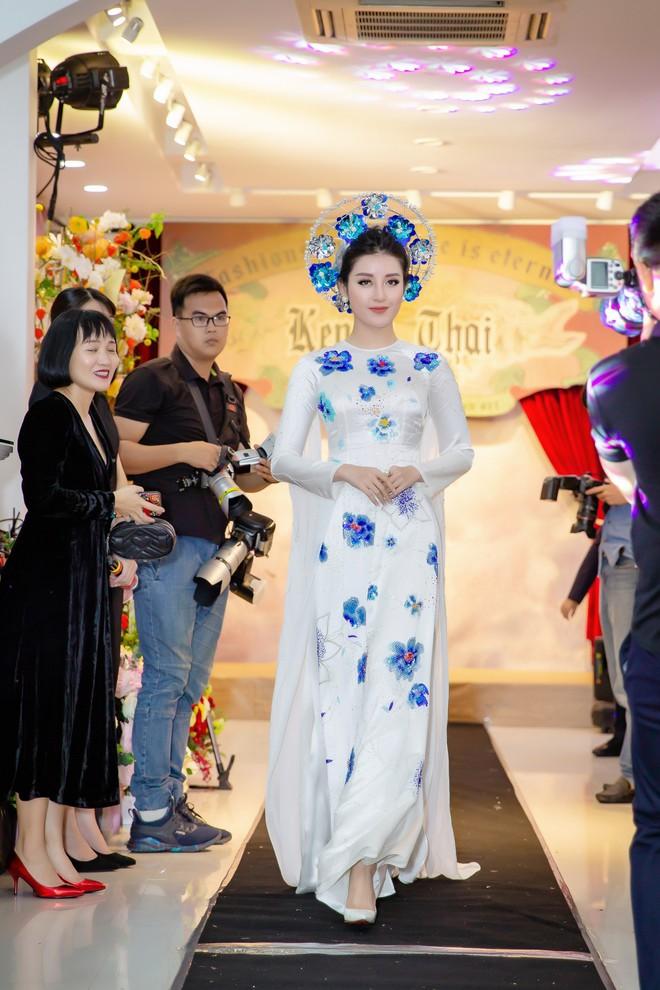 Á hậu Huyền My mặc áo dài trăm triệu, đảm nhận vị trí vedette - Ảnh 3.