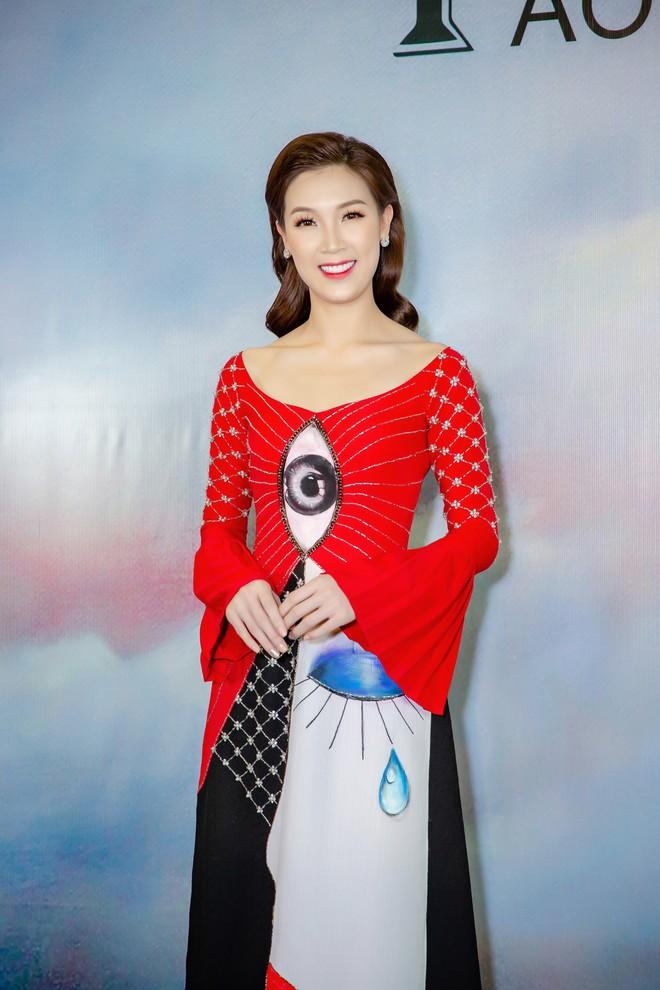 Á hậu Huyền My mặc áo dài trăm triệu, đảm nhận vị trí vedette - Ảnh 7.