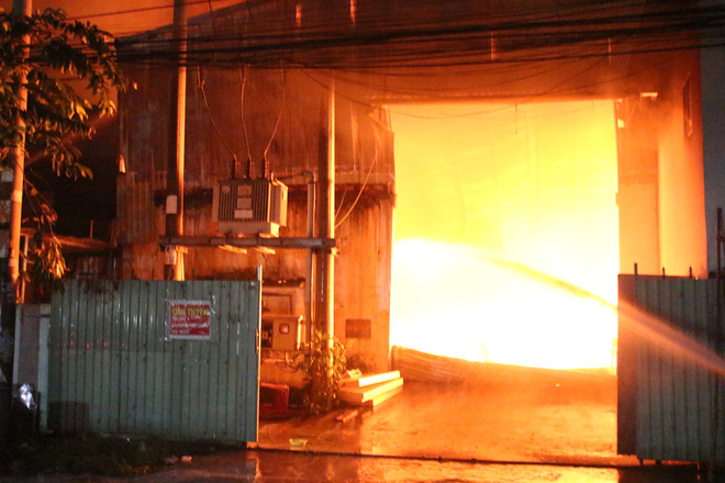 Cảnh sát đục tôn chữa cháy công ty gỗ rộng hàng nghìn m2 ở Bình Dương - Ảnh 3.