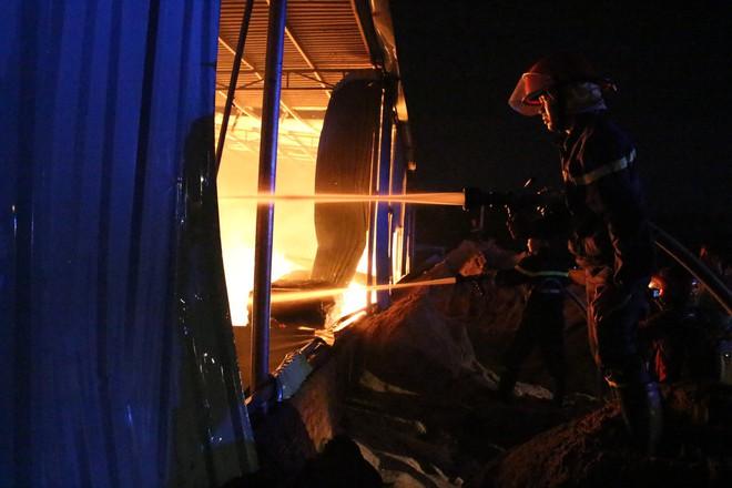 Cảnh sát đục tôn chữa cháy công ty gỗ rộng hàng nghìn m2 ở Bình Dương - Ảnh 2.