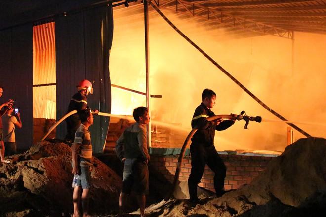 Cảnh sát đục tôn chữa cháy công ty gỗ rộng hàng nghìn m2 ở Bình Dương - Ảnh 7.