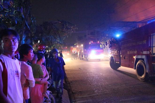 Cảnh sát đục tôn chữa cháy công ty gỗ rộng hàng nghìn m2 ở Bình Dương - Ảnh 5.