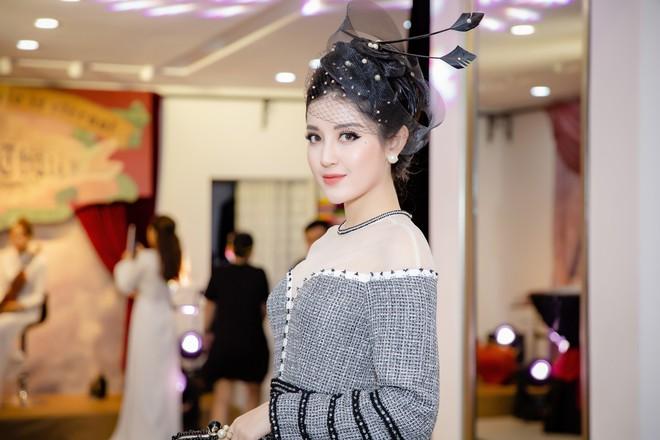 Á hậu Huyền My mặc áo dài trăm triệu, đảm nhận vị trí vedette - Ảnh 2.