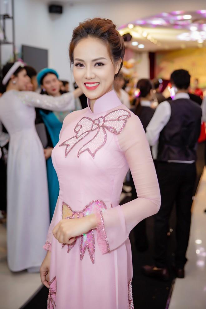 Á hậu Huyền My mặc áo dài trăm triệu, đảm nhận vị trí vedette - Ảnh 9.