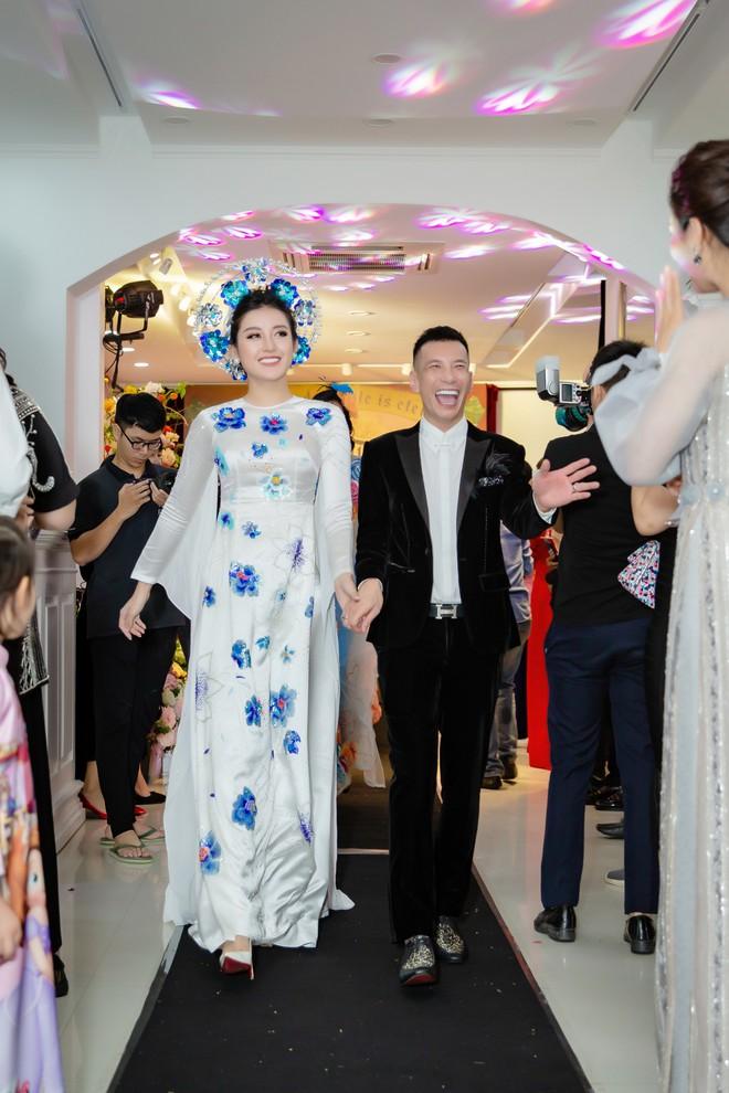 Á hậu Huyền My mặc áo dài trăm triệu, đảm nhận vị trí vedette - Ảnh 4.