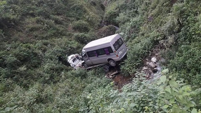 Xe cứu hộ chở ô tô khách 16 chỗ lao xuống vực, 2 người tử vong - Ảnh 1.