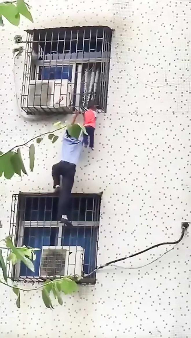 Nghe tiếng gào khóc của đứa trẻ tầng 3, người đàn ông lập tức hóa người nhện tay không ứng cứu - Ảnh 2.