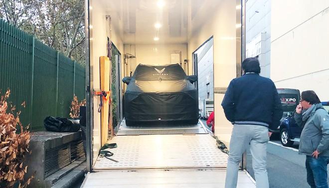 [Ảnh hot]: Cận cảnh 2 chiếc xe VinFast được đưa lên sân khấu Paris Motor Show 2018 - Ảnh 1.