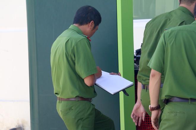 Nhiều camera ghi hình tên cướp ngân hàng táo tợn ở Khánh Hoà  - Ảnh 9.