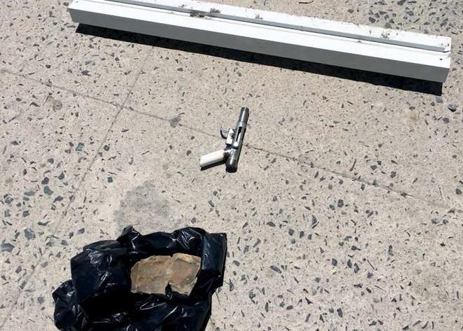 Nhiều camera ghi hình tên cướp ngân hàng táo tợn ở Khánh Hoà  - Ảnh 3.
