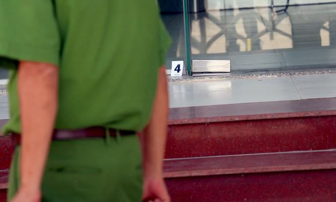 Nhiều camera ghi hình tên cướp ngân hàng táo tợn ở Khánh Hoà  - Ảnh 5.