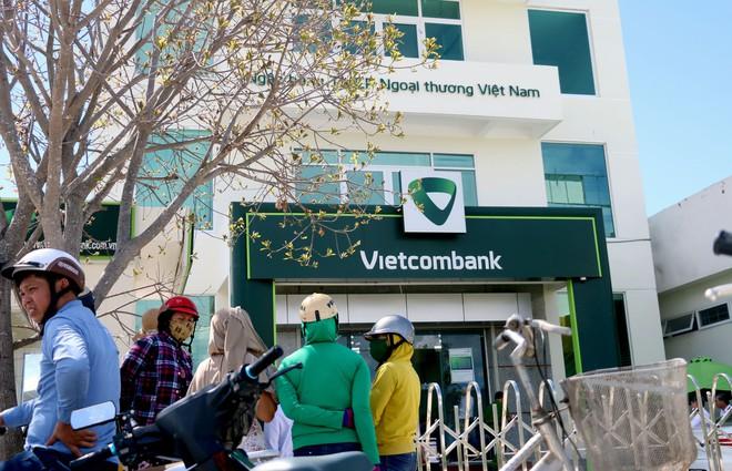 Nhiều camera ghi hình tên cướp ngân hàng táo tợn ở Khánh Hoà  - Ảnh 1.