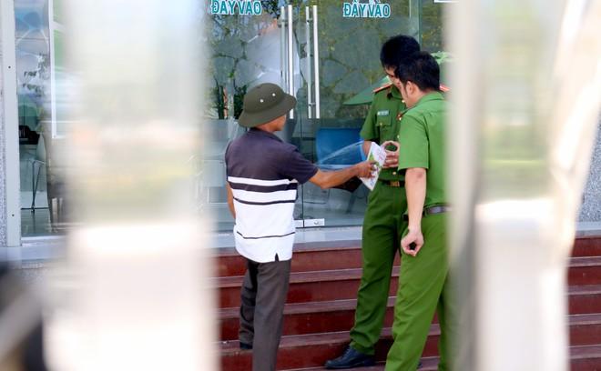 Nhiều camera ghi hình tên cướp ngân hàng táo tợn ở Khánh Hoà  - Ảnh 7.