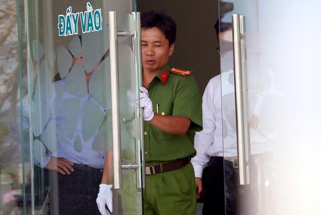 Nhiều camera ghi hình tên cướp ngân hàng táo tợn ở Khánh Hoà  - Ảnh 8.