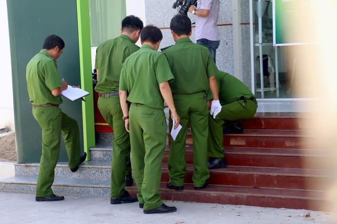 Nhiều camera ghi hình tên cướp ngân hàng táo tợn ở Khánh Hoà  - Ảnh 2.