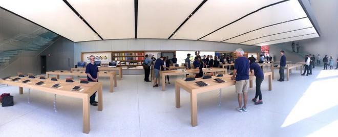 Bí mật khiến ai cũng phải bất ngờ về những chiếc bàn gỗ trong tất cả cửa hàng Apple Store - Ảnh 1.