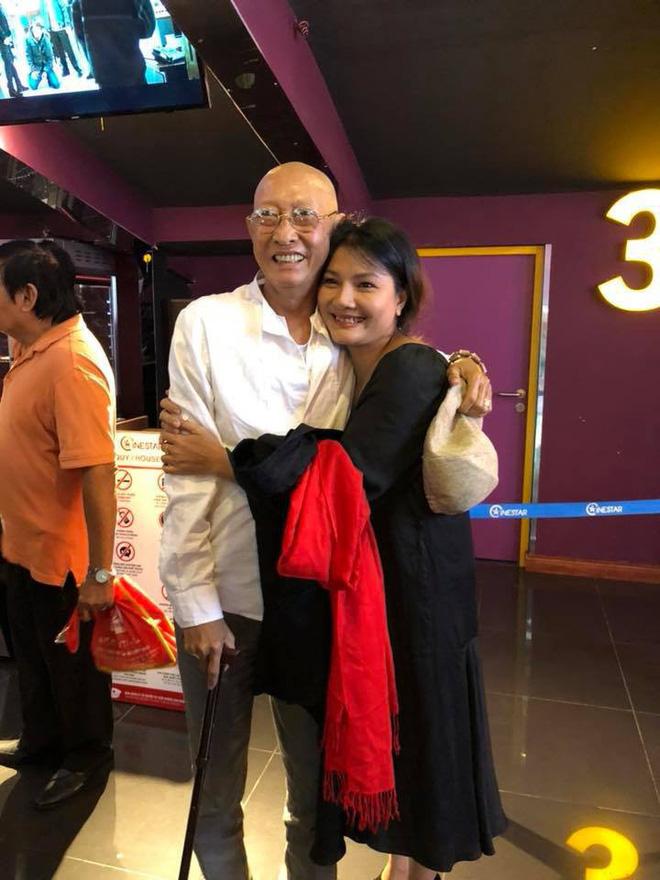 Sau khi xuất viện, diễn viên Lê Bình chống gậy, vui vẻ đi xem phim cùng bạn bè - Ảnh 1.