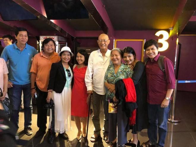 Sau khi xuất viện, diễn viên Lê Bình chống gậy, vui vẻ đi xem phim cùng bạn bè - Ảnh 2.