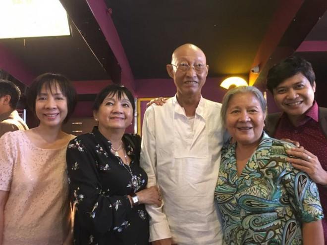 Sau khi xuất viện, diễn viên Lê Bình chống gậy, vui vẻ đi xem phim cùng bạn bè - Ảnh 3.