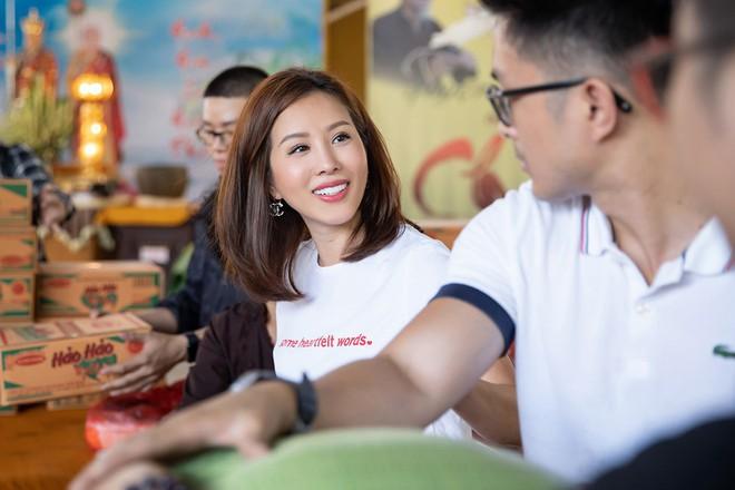 Hoa hậu Thu Hoài khoe vẻ gợi cảm hết cỡ khi sánh đôi cùng bạn trai doanh nhân - Ảnh 2.