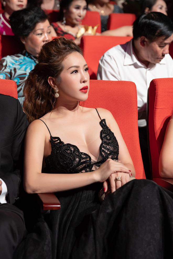 Hoa hậu Thu Hoài khoe vẻ gợi cảm hết cỡ khi sánh đôi cùng bạn trai doanh nhân - Ảnh 12.