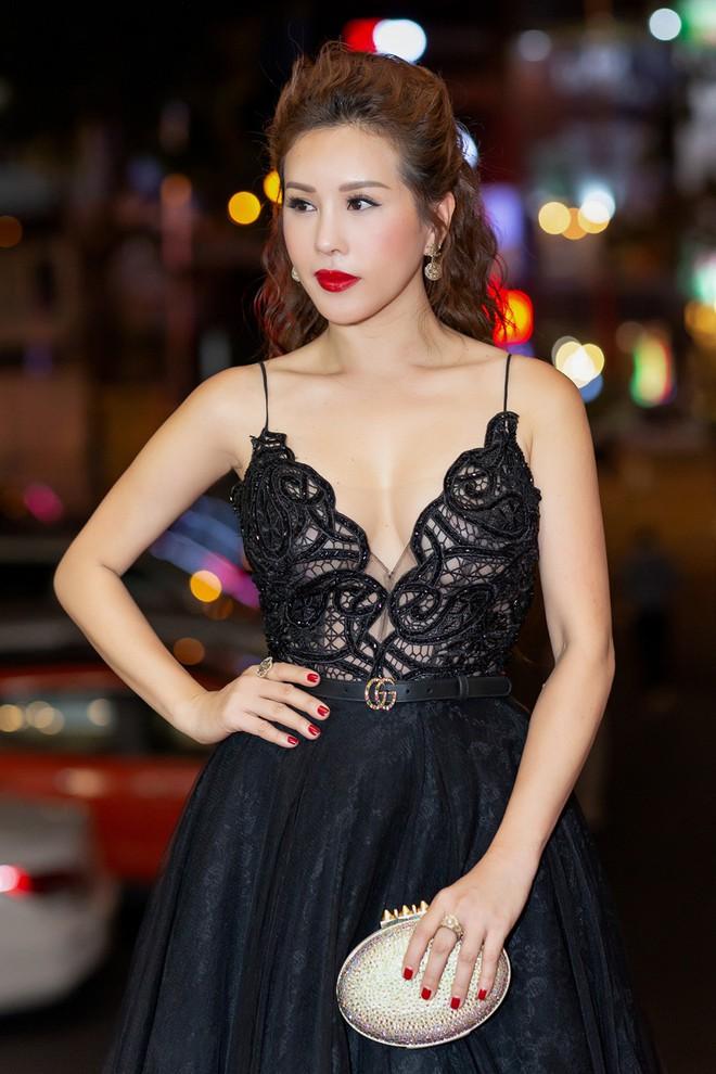 Hoa hậu Thu Hoài khoe vẻ gợi cảm hết cỡ khi sánh đôi cùng bạn trai doanh nhân - Ảnh 10.