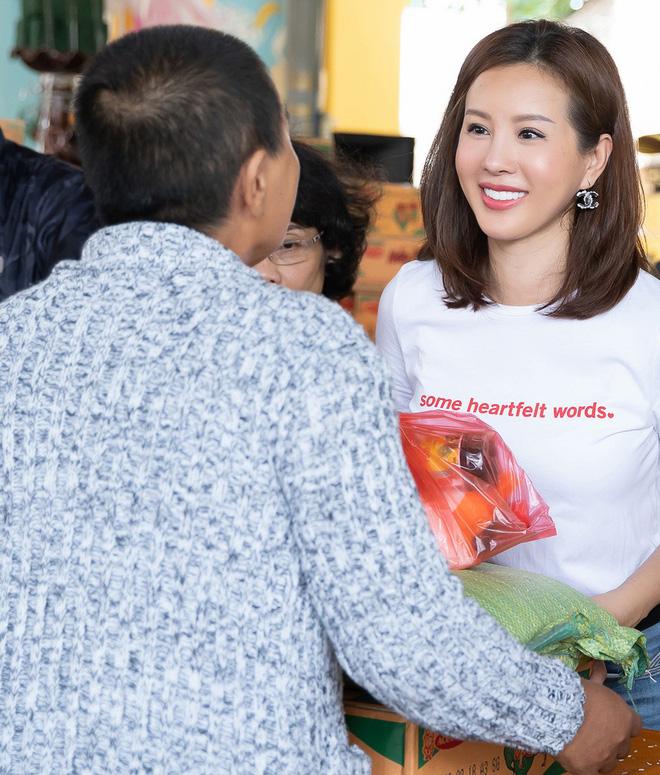 Hoa hậu Thu Hoài khoe vẻ gợi cảm hết cỡ khi sánh đôi cùng bạn trai doanh nhân - Ảnh 1.