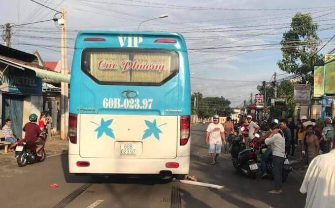 Bé gái băng qua đường bị xe khách cán tử vong ở Đồng Nai