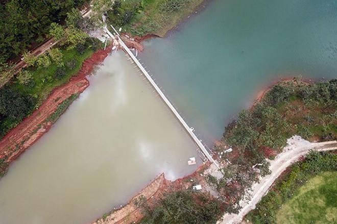 Mặt hồ di tích Quốc gia ở Đà Lạt bị bờ kè bê tông xẻo mất 1 nhánh: Đổ bê tông rất nhanh - Ảnh 1.