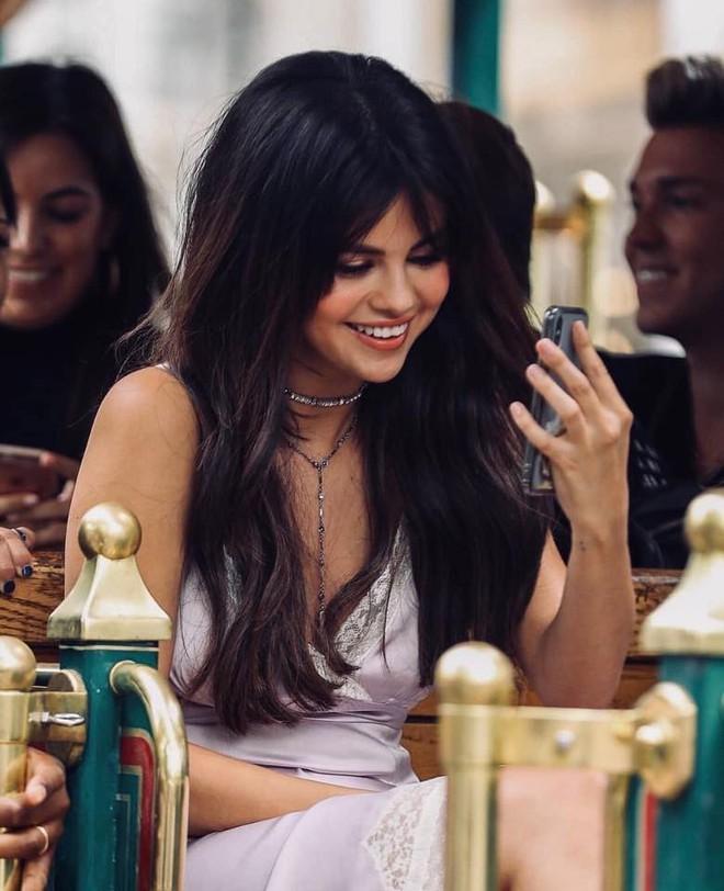 Loạt ảnh xinh ngất ngây của Selena Gomez chứng minh: Con gái đẹp nhất khi không thuộc về ai cả! - Ảnh 2.