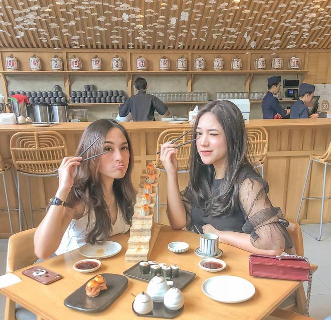 Cuộc sống sang chảnh của cặp bạn thân blogger xinh đẹp, nổi tiếng hàng đầu Indonesia - Ảnh 2.