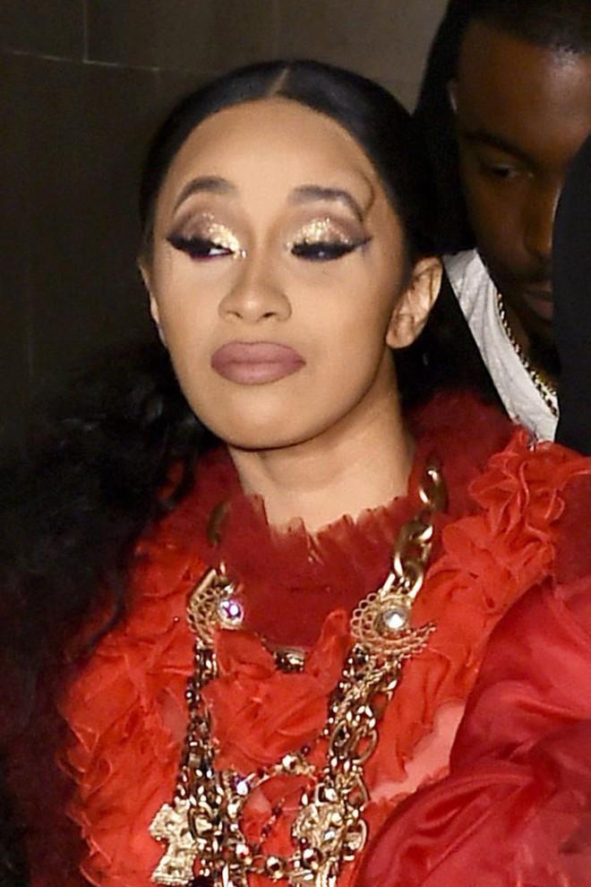 Clip: Cardi B và Nicki Minaj đánh nhau tơi bời giữa sự kiện, người bị ném guốc, kẻ bị giật tóc giả và xé váy! - Ảnh 4.