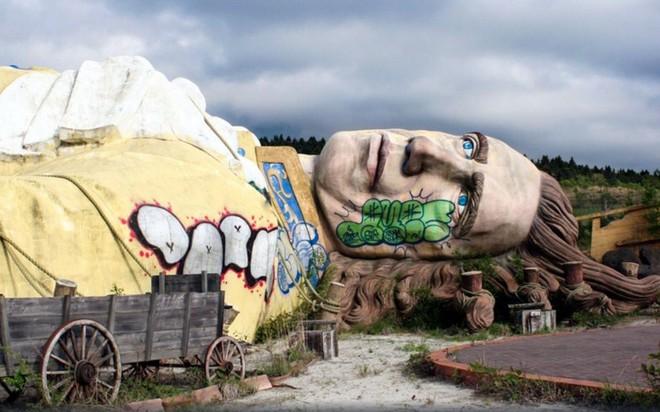Công viên giải trí bỏ hoang ở Nhật: Nằm cạnh khu rừng tự sát nổi tiếng, bức tượng khổng lồ rùng rợn nằm giữa trung tâm - Ảnh 4.