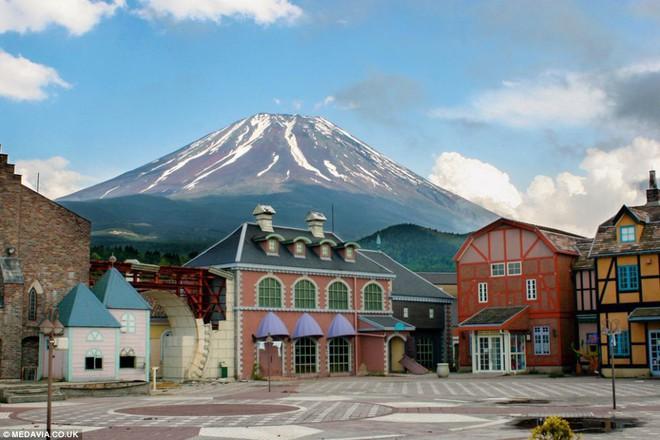 Công viên giải trí bỏ hoang ở Nhật: Nằm cạnh khu rừng tự sát nổi tiếng, bức tượng khổng lồ rùng rợn nằm giữa trung tâm - Ảnh 9.