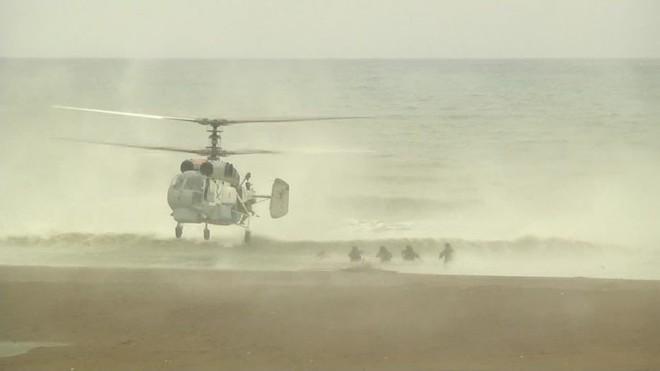 Thủy quân lục chiến Nga ồ ạt đổ bộ bờ biển Syria: Trận tổng duyệt đập tan mưu đồ đen tối? - Ảnh 1.