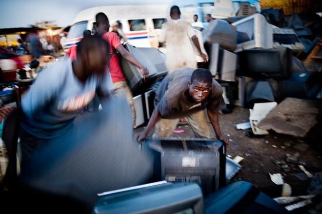 Hình ảnh đáng sợ từ những bãi rác thải công nghệ lớn nhất trên thế giới - Ảnh 3.