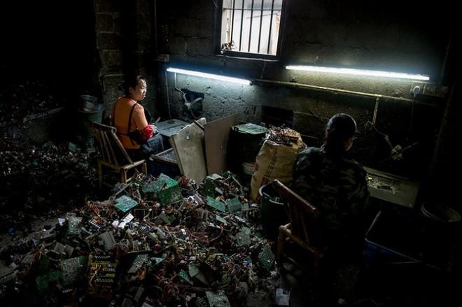 Hình ảnh đáng sợ từ những bãi rác thải công nghệ lớn nhất trên thế giới - Ảnh 4.