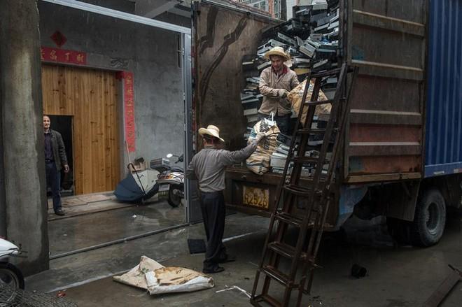 Hình ảnh đáng sợ từ những bãi rác thải công nghệ lớn nhất trên thế giới - Ảnh 6.