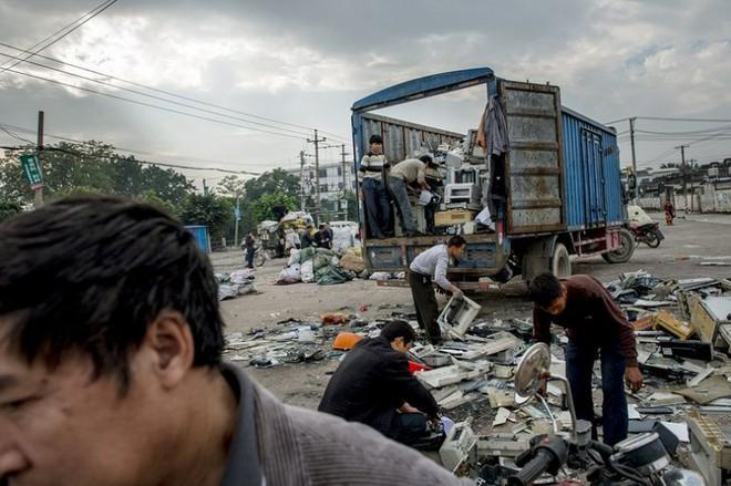 Hình ảnh đáng sợ từ những bãi rác thải công nghệ lớn nhất trên thế giới - Ảnh 8.