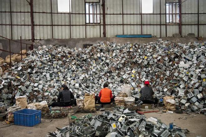Hình ảnh đáng sợ từ những bãi rác thải công nghệ lớn nhất trên thế giới - Ảnh 10.