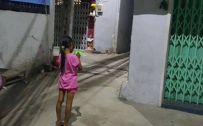 Đầu năm học, câu chuyện về bé gái bán vé số mù chữ trong con hẻm bình dân Sài Gòn khiến ai cũng xúc động
