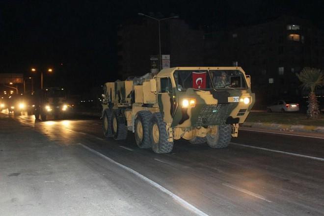 Thổ Nhĩ Kỳ cấp tốc điều 300 xe quân sự sang tử địa Idlib: Sẵn sàng bắn hạ máy bay Syria? - Ảnh 1.