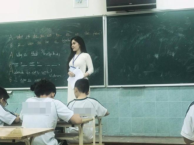 Cô giáo nổi nhất MXH những ngày qua: Thành thạo 3 ngoại ngữ, chơi 4 nhạc cụ và rất sexy - Ảnh 2.