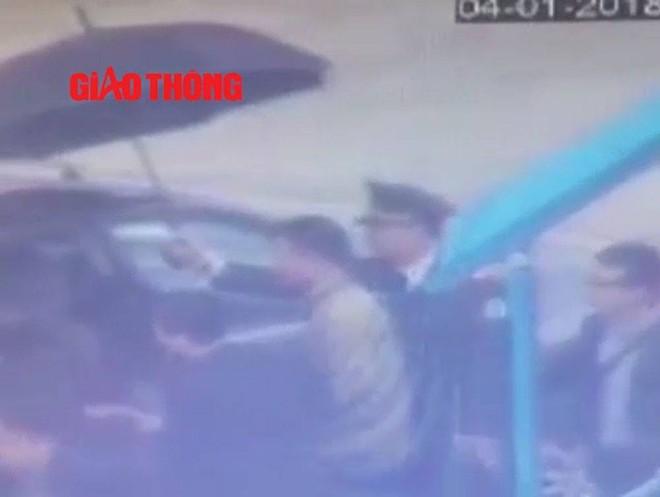 Video: Đoàn xe chở Vũ nhôm từ sân bay Nội Bài - Ảnh 8.