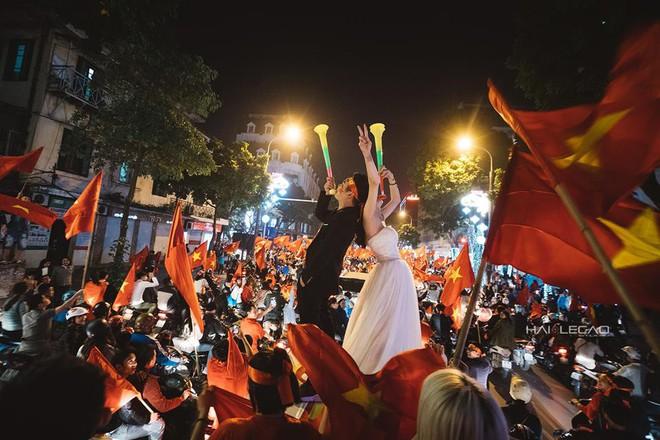 Đi bão ăn mừng U23 Việt Nam chiến thắng, cặp đôi chụp luôn ảnh cưới trên đường - Ảnh 1.