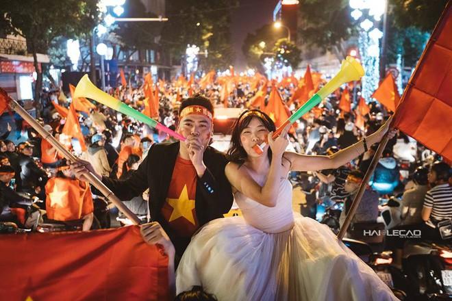 Đi bão ăn mừng U23 Việt Nam chiến thắng, cặp đôi chụp luôn ảnh cưới trên đường - Ảnh 2.