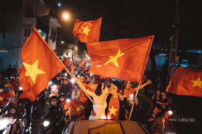 Đi bão ăn mừng U23 Việt Nam chiến thắng, cặp đôi chụp luôn ảnh cưới trên đường - Ảnh 3.