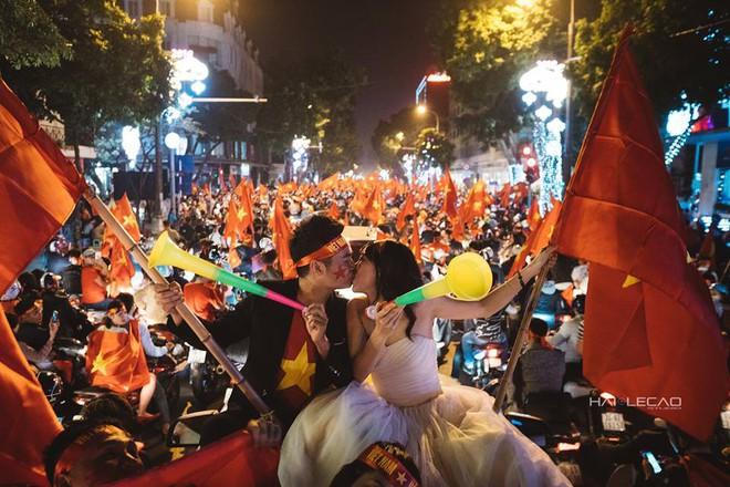 Đi bão ăn mừng U23 Việt Nam chiến thắng, cặp đôi chụp luôn ảnh cưới trên đường - Ảnh 4.