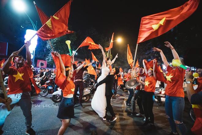Đi bão ăn mừng U23 Việt Nam chiến thắng, cặp đôi chụp luôn ảnh cưới trên đường - Ảnh 5.