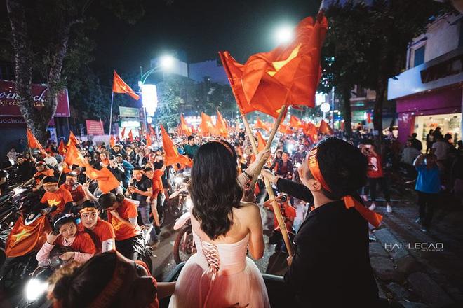 Đi bão ăn mừng U23 Việt Nam chiến thắng, cặp đôi chụp luôn ảnh cưới trên đường - Ảnh 6.